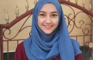 4 Cara Memakai Hijab Pashmina Simpel Warna Biru yang Fresh