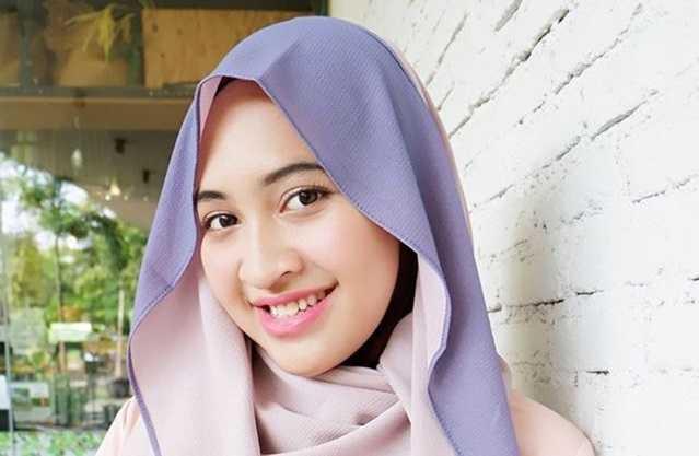 6 Cara Mudah Memakai Hijab Pashmina 2 Warna