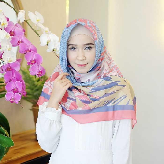 Cara Kreasikan Hijab Segi Empat Dengan Aksesoris Bunga