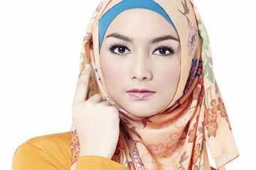 Cara Memakai Hijab Pashmina Motif Bunga Besar dan Kecil