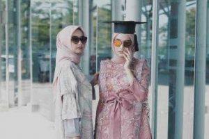 Ladies, Ini Tips Memakai Hijab Pasmina Modis dan Simpel Untuk Wisuda