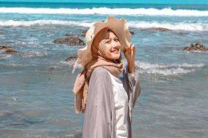 Model Busana Baju Muslim yang Cocok Saat Berpergian dan Rekreasi