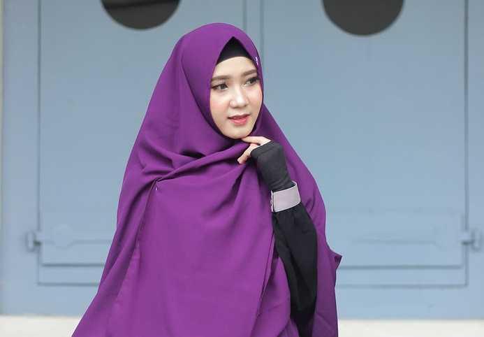 Mau tau? Tips Memakai Hijab Pashmina Warna Ungu