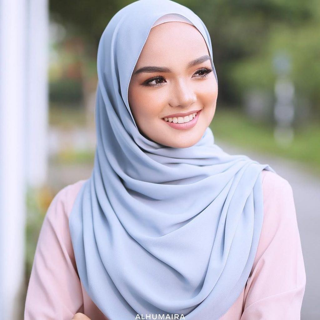 Tips Menggunakan Hijab Pashmina Chiffon Warna Biru