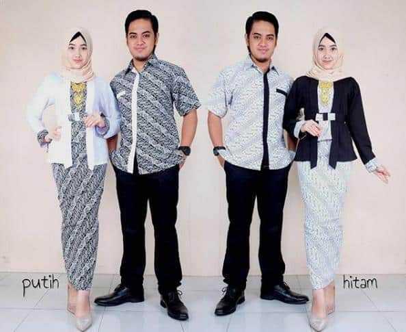 Model baju gamis batik dengan kombinasi brokat warna putih serta hitam