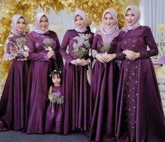 Model baju gamis batik dengan kombinasi brokat warna ungu