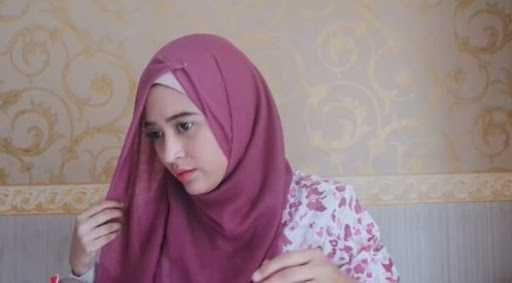 Tips Cara Memakai Hijab Paris Simple Senada yang Mempesona